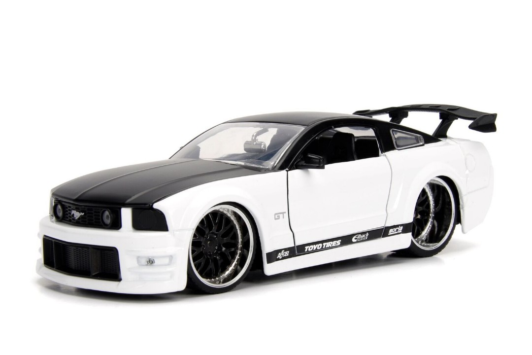 """BIGTIME Muscle"" 1/24 2006 Ford Mustang GT - White"